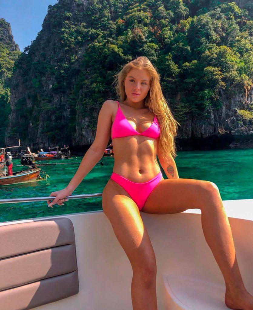 Luísa Sonza está usando o biquíni Aviador Kim Pink Neon