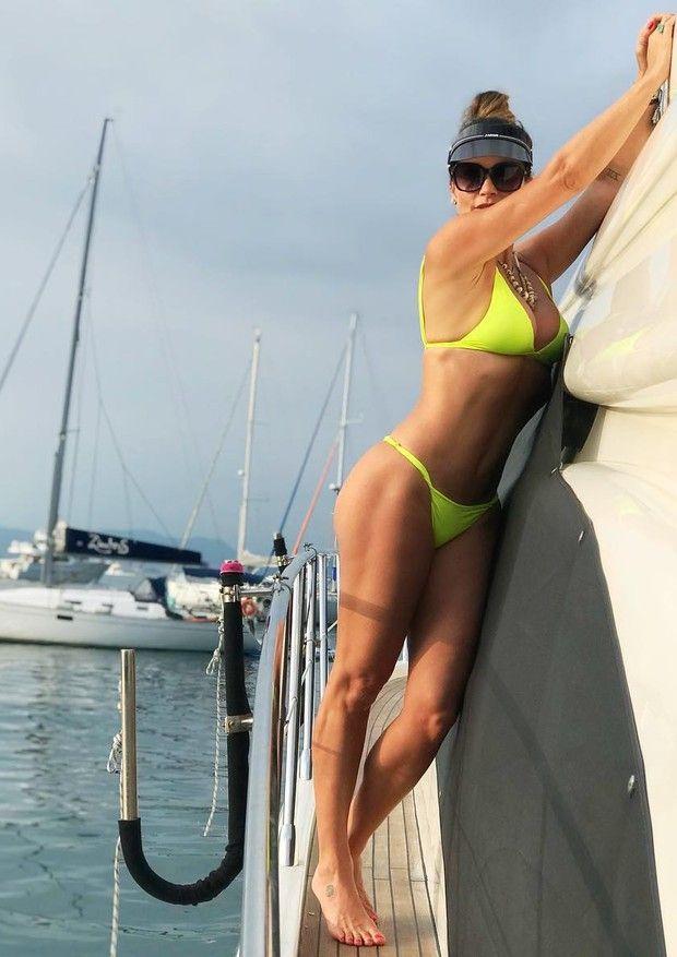 Mirela Santos usando modelos neon pajaris - musas
