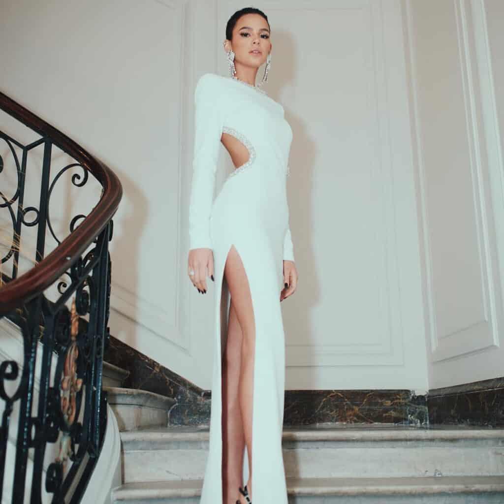 Bruna Marquezine apostou em um vestido de ombro único em