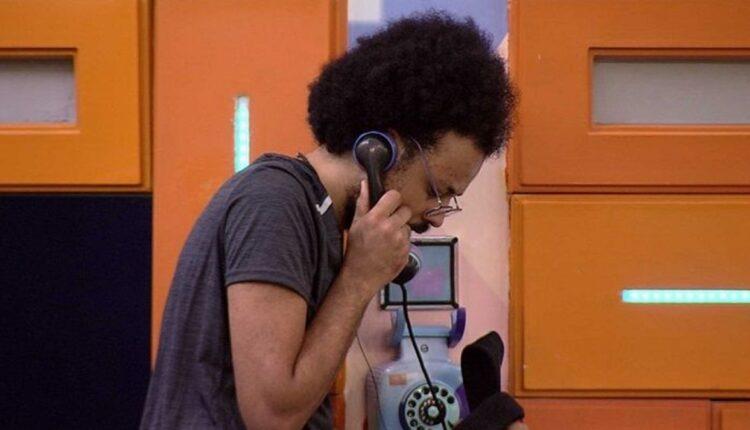 Imagem do participante João Luiz atendendo ao Big Fone do BBB 21